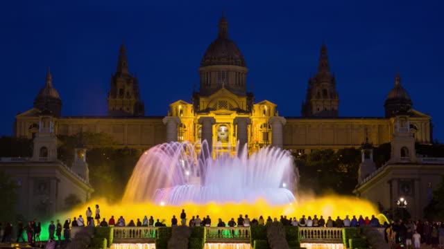 vídeos y material grabado en eventos de stock de fountains in front of the national museum of art, plaza d'espanya, barcelona, catalunya (catalonia) (cataluna), spain, europe - time lapse - vida nocturna