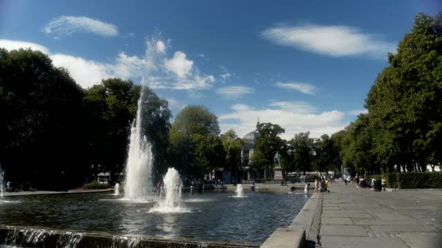 vídeos de stock e filmes b-roll de fountains in oslo park norway - placa de nome de rua