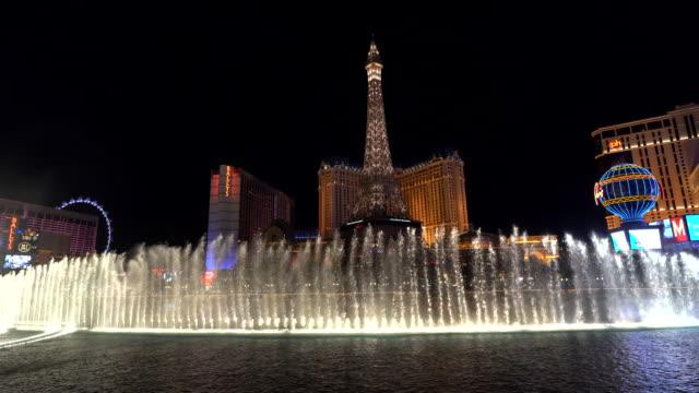 fountains of bellagio at night / las vegas, nevada, usa - las vegas replica eiffel tower stock videos & royalty-free footage