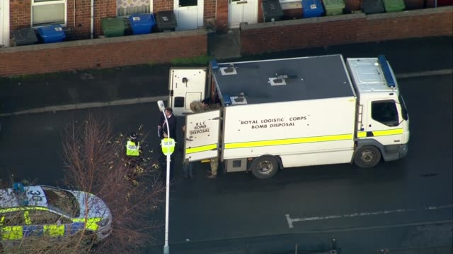stockvideo's en b-roll-footage met four arrested in police raids on suspicion of terror offences england derbyshire chesterfield army bomb disposal unit at scene of police raid - derbyshire