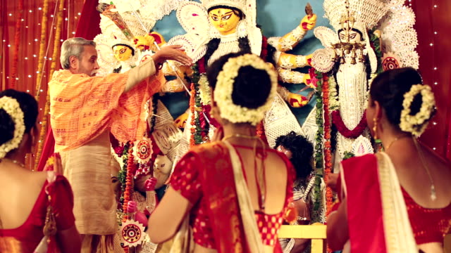 four bengali man and women celebrating durga puja festival, delhi, india - cerimonia tradizionale video stock e b–roll