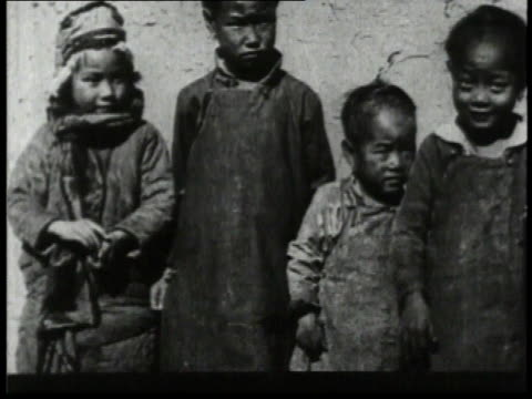 vidéos et rushes de 1932 ha four children standing and waving to the camera / china  - 1932