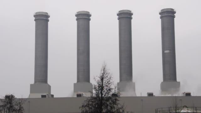 vier schornsteine mit deutlich macht, wie trostlos himmel hinter - erektion stock-videos und b-roll-filmmaterial