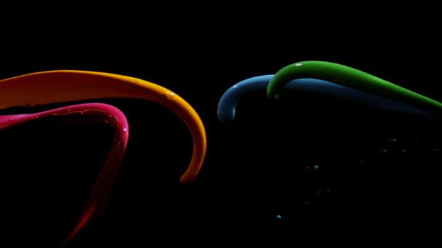 vidéos et rushes de four colored liquids colliding - heurter