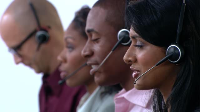 cu, r/f, four customer service representatives at work - 30 34 ��r bildbanksvideor och videomaterial från bakom kulisserna