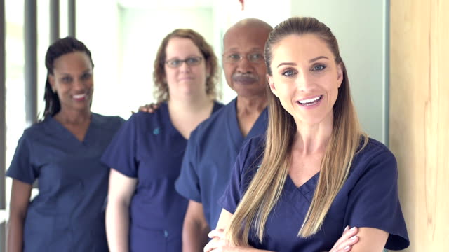 vídeos y material grabado en eventos de stock de cuatro médicos o enfermeras que trabajan en el hospital - asistente sanitario