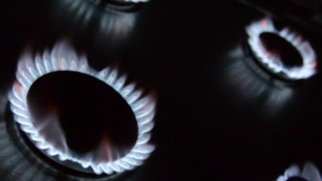 vídeos y material grabado en eventos de stock de cuatro llama de gas de mechero - vista inclinada