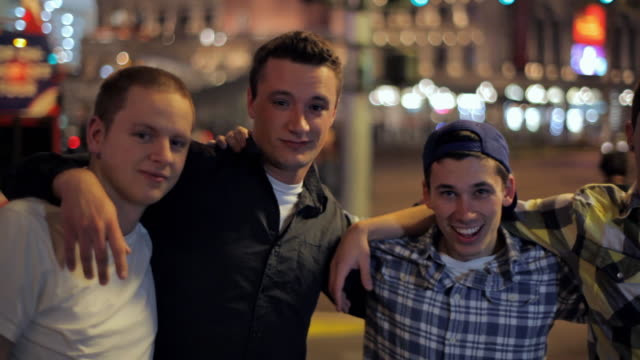 vidéos et rushes de four friends hang out together on the las vegas strip. - amitié masculine