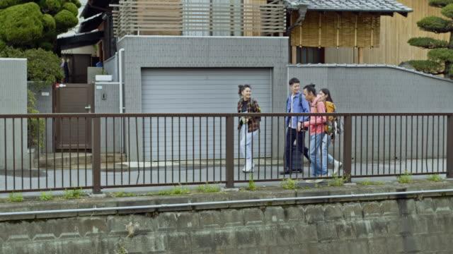 街を訪れる4人の友人 - 到着点の映像素材/bロール
