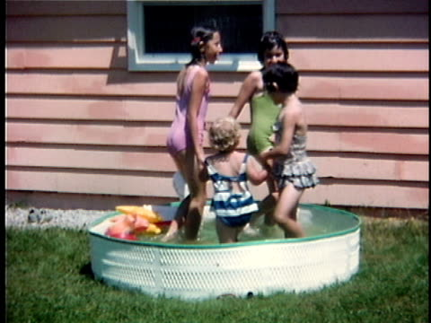 vidéos et rushes de 1963 ws four girls holding hands and walking around wading pool, vermont, usa - pataugeoire
