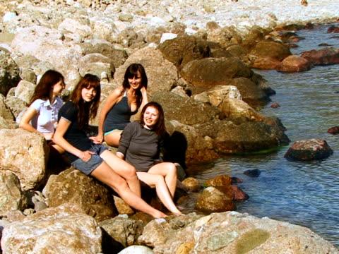 vidéos et rushes de quatre filles sur la plage - seulement des jeunes femmes