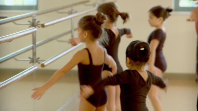vídeos de stock, filmes e b-roll de cu, tu, four girls (6-7, 8-9) practicing ballet in ballet class, richmond, virginia, usa - pirouette