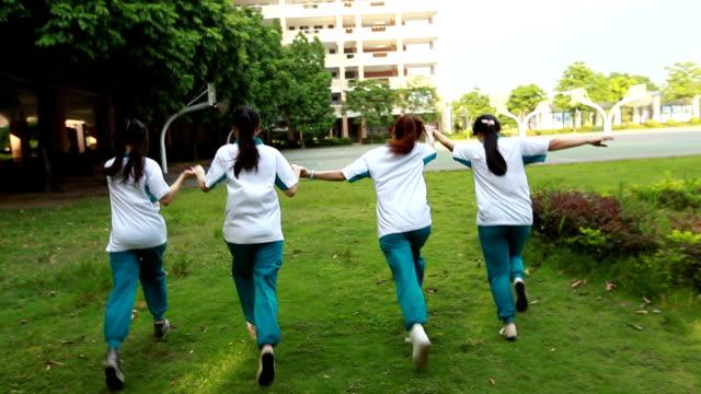 4 つの女の子を実行 - 横位置点の映像素材/bロール