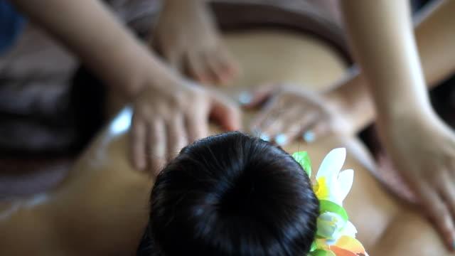 vidéos et rushes de spa massage quatre mains - quatre personnes