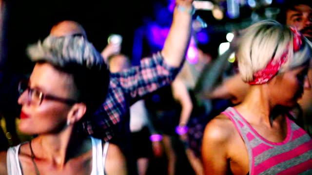 コンサートで踊る 4 つの流行に敏感な人々 - 灯台船点の映像素材/bロール