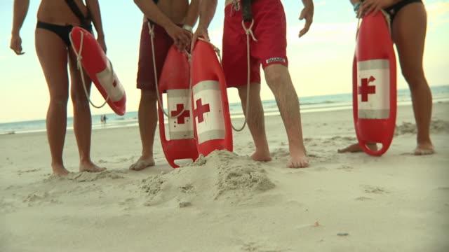 vídeos y material grabado en eventos de stock de ms tu slo mo four lifeguards standing on beach / jacksonville, florida, usa - vigilante