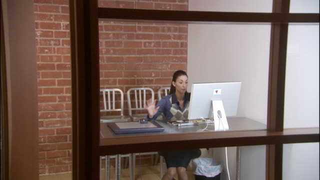 vidéos et rushes de ws four men and women entering office, hot desking, and using computer / los angeles, california, usa - hot desking
