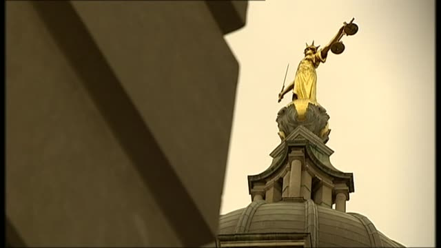 four men appear in court over alleged terrorist plot against the police and army r22020804 / 2222008 various of the statue of justice atop the old... - オールドベイリー点の映像素材/bロール
