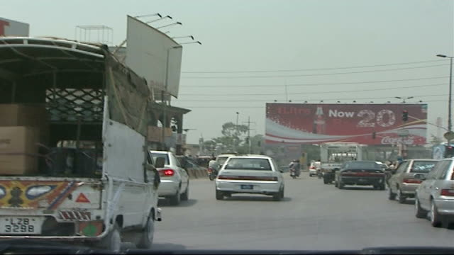 vidéos et rushes de four men convicted for attempted bombings on 21st july 2005 pakistan lahore shot from moving car showing busy traffic in road ahead horse and cart... - car point of view