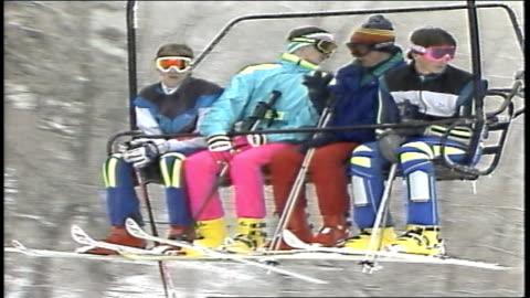 four men on ski lift in killington, vermont - 1980 1989 bildbanksvideor och videomaterial från bakom kulisserna