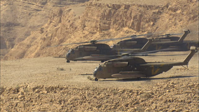 stockvideo's en b-roll-footage met aerial four military helicopters in the negev desert, israel - israëlisch leger