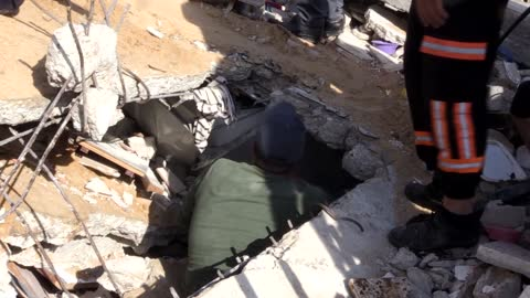 four more dead bodies of palestinian civilians were pulled out from the rubble of homes demolished last night by israeli warplanes in gaza, raising... - イスラエルパレスチナ問題点の映像素材/bロール