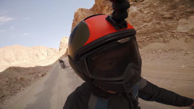 four motorcyclists snake along steep sided valley in the himalayas - 50 sekunder eller längre bildbanksvideor och videomaterial från bakom kulisserna
