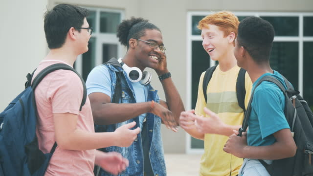 stockvideo's en b-roll-footage met vier multi-etnische middelbare schoolstudenten die in gesprek zijn - 14 15 years