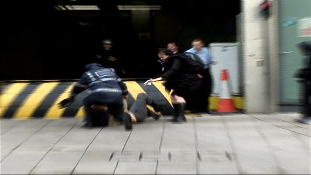 vídeos de stock e filmes b-roll de four people die as st jude storm hits uk tx man and woman holding on to lamppost in strong winds office workers caught in high winds man holding onto... - condição