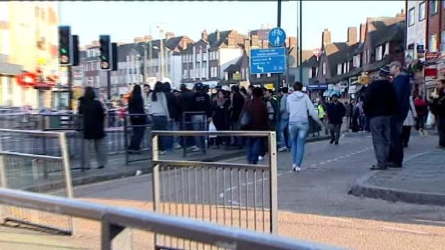 vidéos et rushes de four police officers stabbed in north london england north london kingsbury ext police officer outside butchers shop sign for 'kingsbury halal... - salopette