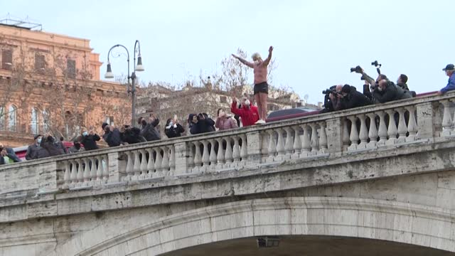 ITA: Romans jump into Tiber river in New Year's Day tradition (2)
