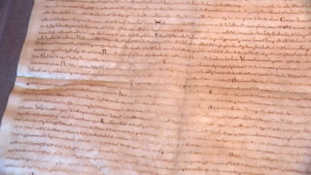 vídeos de stock e filmes b-roll de four surviving copies of the magna carta go on display at the british library various shots of lincoln and british library copies of magna carta /... - magna carta documento histórico