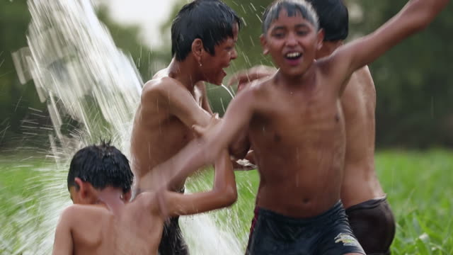 vídeos y material grabado en eventos de stock de four teenage boys bathing in the farm, haryana, india - haryana
