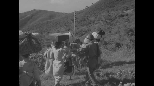 four us army soldiers standing outside look over map / two army officers and infantryman look over map / ficer and infantryman / general walton h.... - 運ぶ点の映像素材/bロール