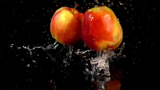 vidéos et rushes de quatre des vidéos de tomber au ralenti en véritables pommes - pomme