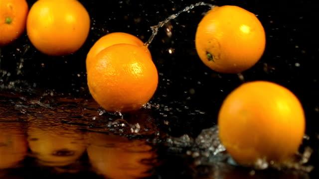 Vier Videos fallen Orangen in Real Zeitlupe