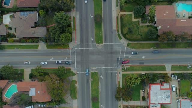フォーウェイ交差点-空中ビュー - 道を譲る点の映像素材/bロール