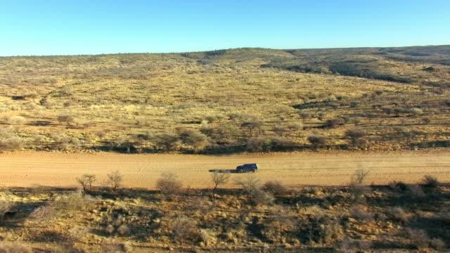 vidéos et rushes de quatre roues contre le désert - route à une voie