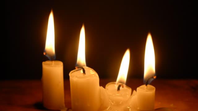 vidéos et rushes de t/l four white, wax candles burning down to nothing - fondre