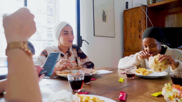 four women eating lunch at home, italy - モデスト・ファッション点の映像素材/bロール