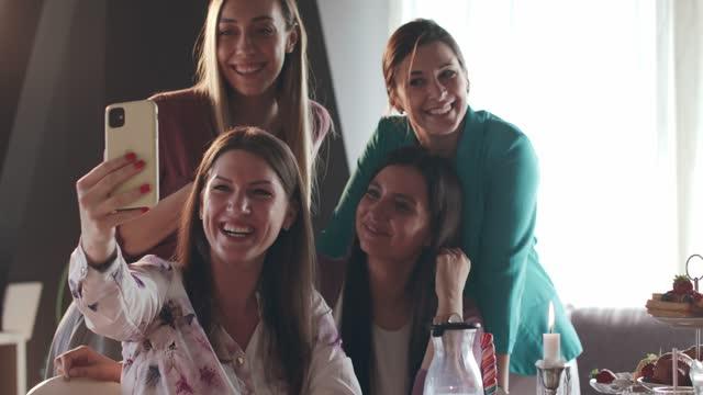 vídeos y material grabado en eventos de stock de cuatro mujeres tomando selfies grupales para conmemorar su brunch - amistad femenina