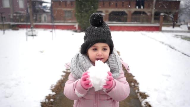 vídeos de stock, filmes e b-roll de quatro ano de idade menina degustação de neve - neckwear