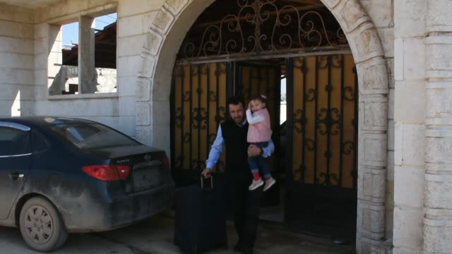 four years old syrian girl salwa and her mother and father abdullah muhammed arrive to make last preparations to start their new lives in turkey at... - siria video stock e b–roll