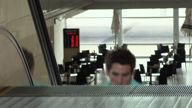 vidéos et rushes de slo mo cu four young people running up escalator, carrying shopping bags, cape town, south africa - excitation