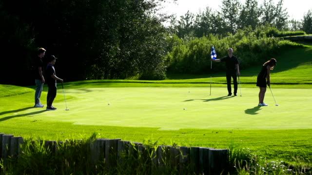 vídeos y material grabado en eventos de stock de foursome juegue golf - putt