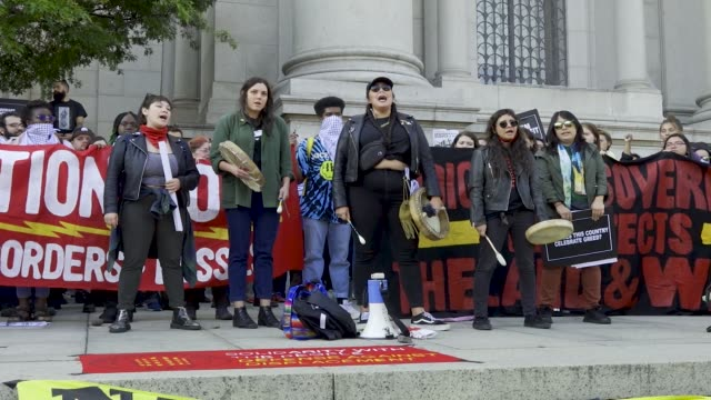 vídeos de stock e filmes b-roll de fourth annual anti-christopher columbus day youth rally and march. activist from 'decolonize this place' and nyc student youth rallied at the... - cultura tribal da américa do norte