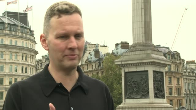 fourth plinth 'really good' sculpture david shrigley interview sot cutaway tourist taking photograph and giving thumbs up sign - itv london lunchtime news点の映像素材/bロール