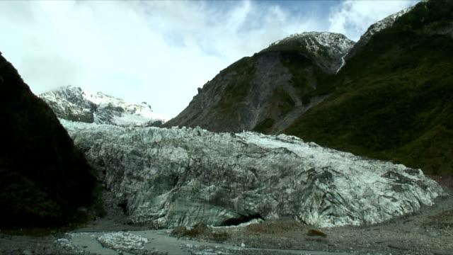 ws fox glacier between two bluffs, westland national park, new zealand - new zealand stock-videos und b-roll-filmmaterial