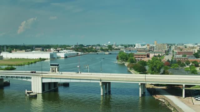 ウィスコンシン州グリーンベイのフォックスリバーブリッジ - アセンディングドローンショット - ウィスコンシン州点の映像素材/bロール