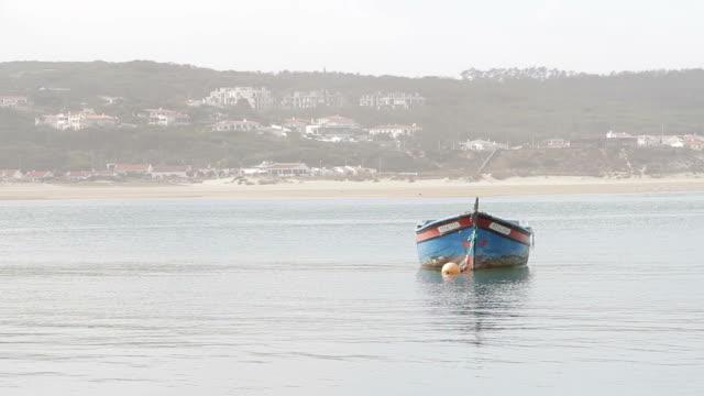 vídeos y material grabado en eventos de stock de foz de arelho playa de barco fluvial - barco de remos